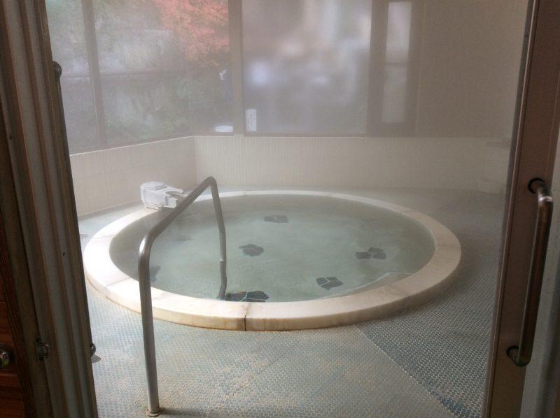 姫之湯の丸い浴槽