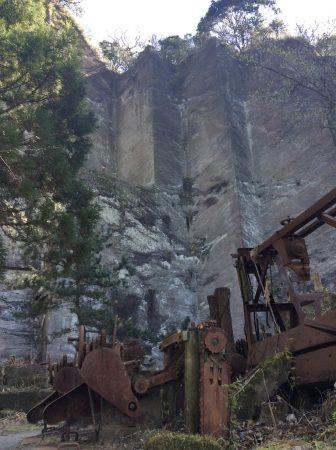 鋸山 石切り場跡に残るショベルカー